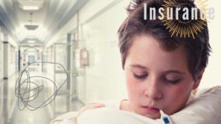 病院で子供が熱を計っている