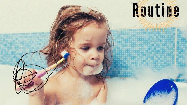 子供が風呂場で歯磨きをしている